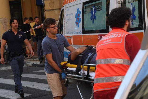 Entrambi i poliziotti sono stati portati all'ospedale (foto Schicchi)