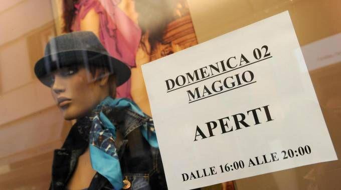 Aperture domenicali in Italia (Ansa)