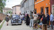 Bellissime auto d'epoca hanno contribuito a rendere palpabile un fantastico salto nel tempo (foto Samaritani)