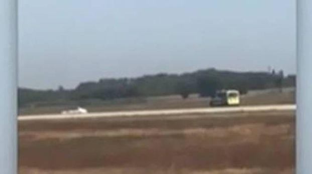 Inseguimento sulle pista dell'aeroporto di Lione (video askanews)