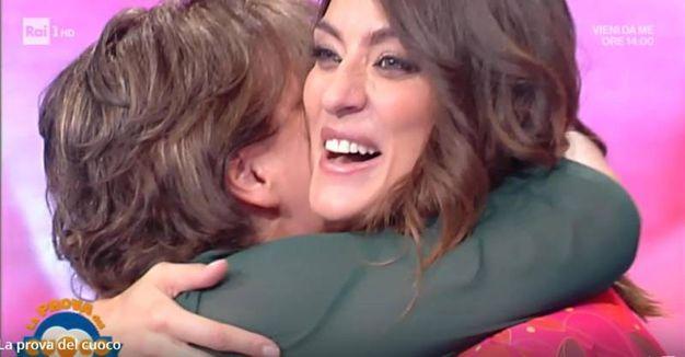 Un fermo immagine tratto dalla trasmissione 'La prova del cuoco' in onda su Rai Uno mostra la conduttrice, Elisa Isoardi, con la mamma (Ansa)
