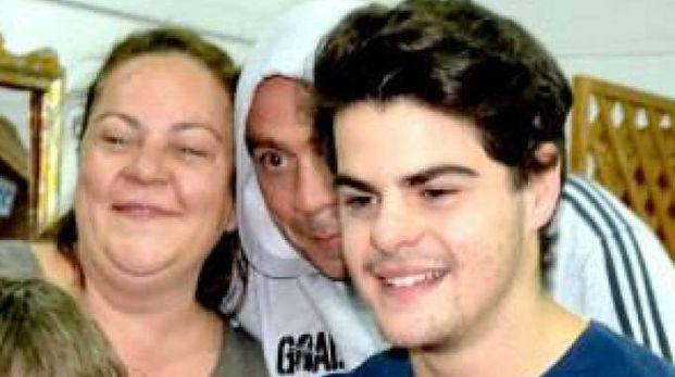 Una foto dall'archivio: Romano Fenati sorridente, dietro di lui la madre Sabrina