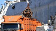 Lo smantellamento della nave (Foto Lanari)
