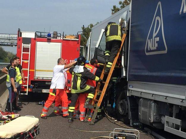 I sanitari del 118 soccorrono i feriti con l'aiuto dei vigili del fuoco