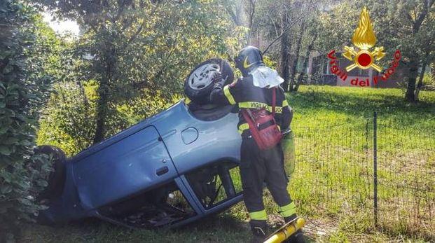 I vigili del fuoco hanno estratto il giovane dall'auto ribaltata