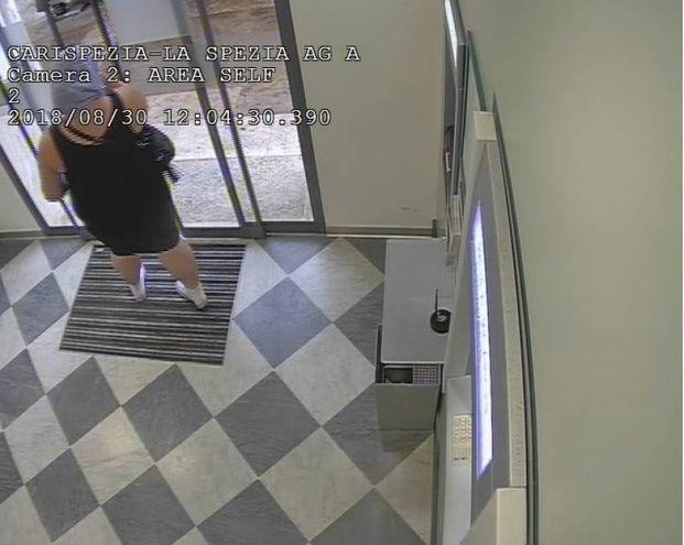 La donna esce dalla banca
