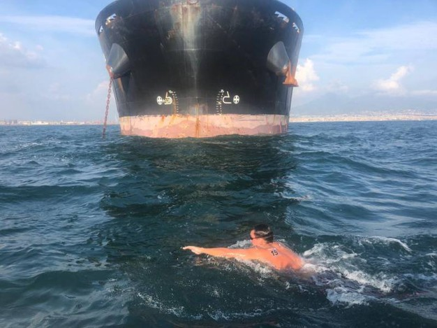 Francesco Ghettini nuota nella Capri-Napoli