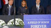 Donald Trump, Melania Trump e il governatore della Pennsylvania Tom Wolf ascoltano i nomi delle 44 vittime del volo 93 (Ansa)