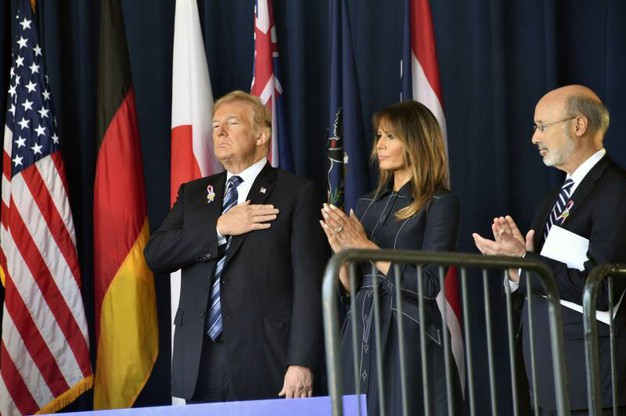 Donald Trump, Melania Trump e il governatore della Pennsylvania Tom Wolf alla commemorazione dell'11 settembre (LaPresse)