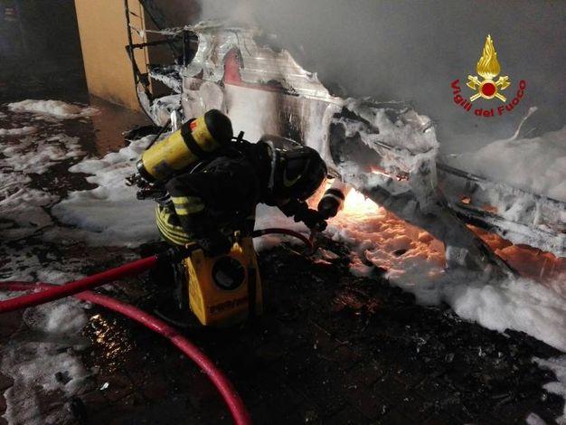 La roulotte distrutta dalle fiamme (foto Vigili del Fuoco)