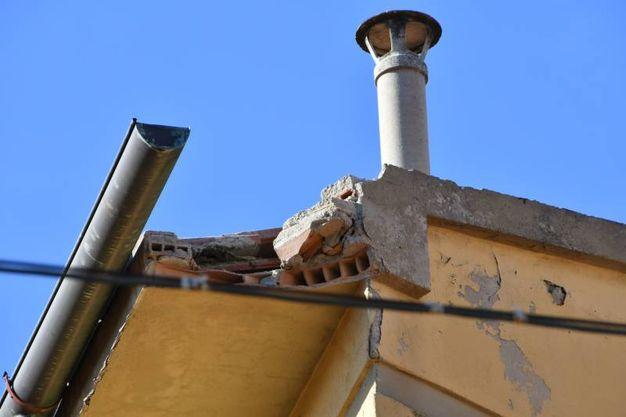 Il cornicione crollato (foto Simone Lanari)
