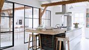 parete ferro e vetro tra cucina e soggiorno
