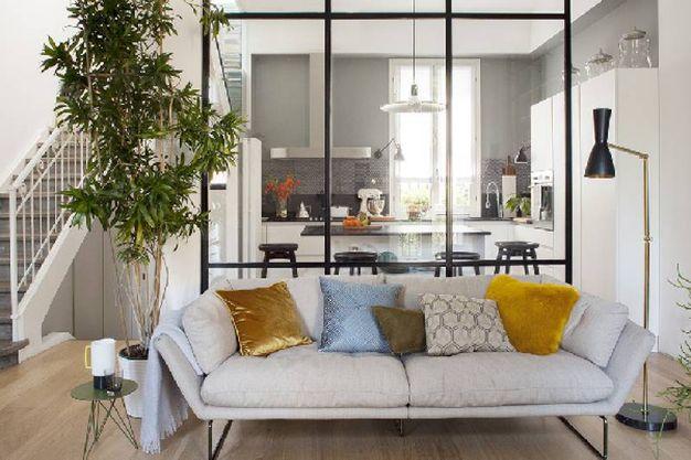 cucina con parete ferro e vetro