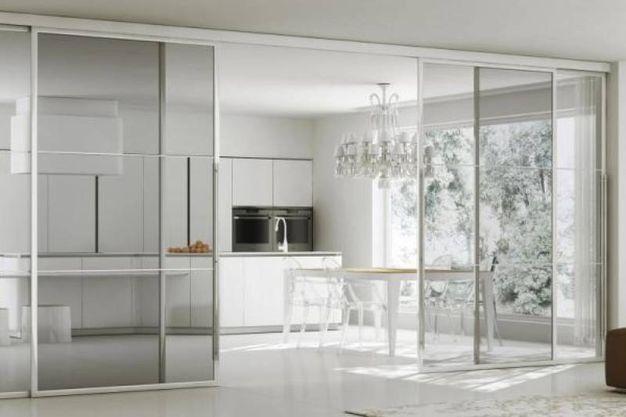 cucina con porte in vetro scorrevoli