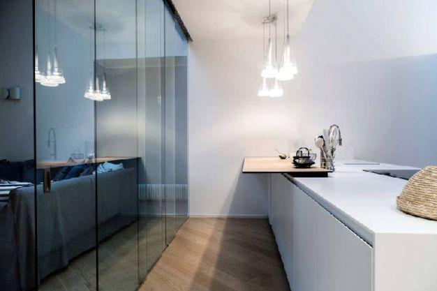 parete vetrata per dividere cucina e soggiorno