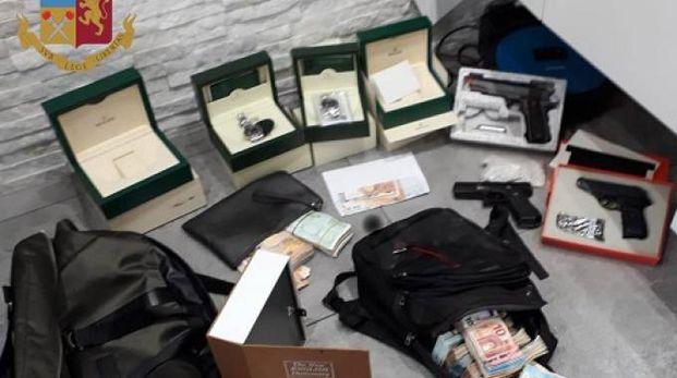 Armi e soldi sequestrati dalla Polizia