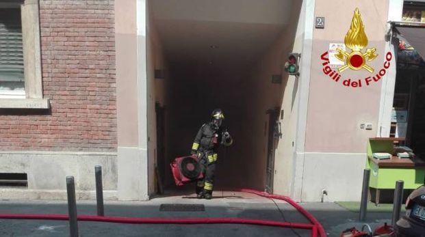 L'intervento dei vigili del fuoco nel box in fiamme