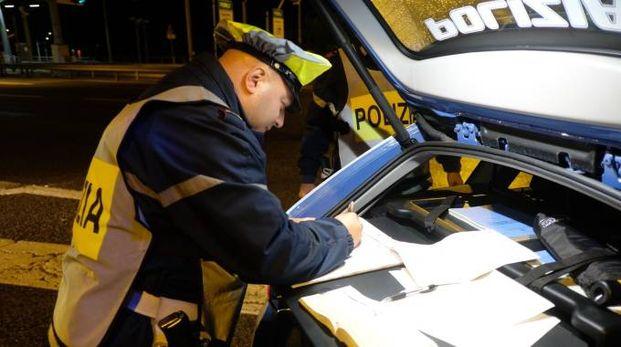 Nella foto la  polizia impegnata in un'operazione di controllo di un veicolo