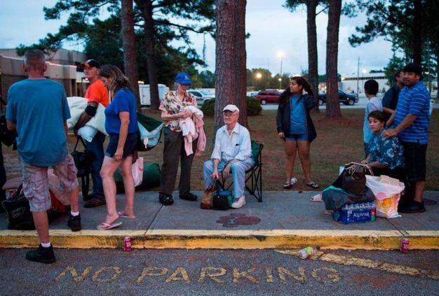 L'evacuazione della popolazione nel North Carolina (LaPresse)