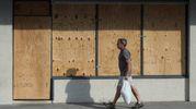 """Negozi """"rinforzati"""" con travi di legno in North Carolina (LaPresse)"""