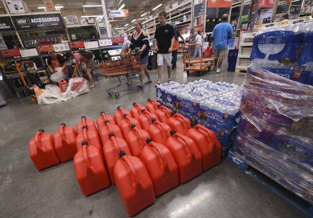 I negozi si preparano all'arrivo dell'uragano Florence (Ansa)