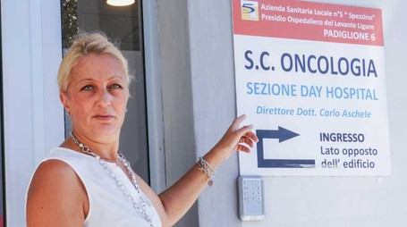 La nostra cronista all'ingresso del reparto di oncologia dell'ospedale Sant'Andrea della Spezia