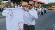 Funerali di Igor Maj, il papà del 14enne morto mostra la maglietta con le firme degli amici (foto Newpress)