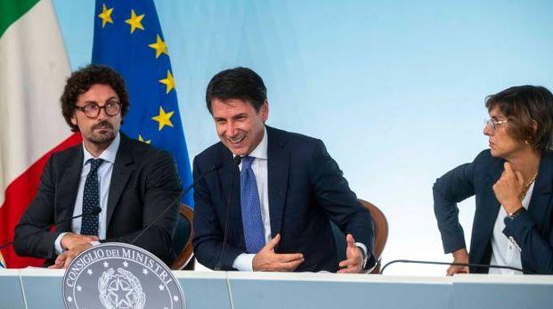 Da sx Toninelli, Conte e Bongiorno a Palazzo Chigi (ImagoE)