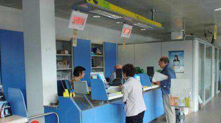 L'episodio è accaduto il 2 luglio nell'ufficio postale di Montecosaro (nella foto d'archivio, una filiale delle Poste)