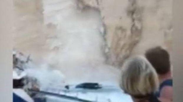 Crollo di parte della scogliera a Zante, nella spiaggia del Relitto (Lapresse)