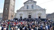 Folla davanti al duomo di Torino (Ansa)