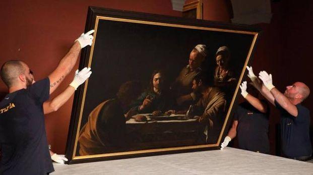 La cena di Emmaus di Caravaggio preparata per il trasporto a Parigi (foto Ansa)