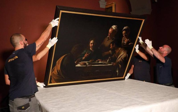 """""""La cena di Emmaus"""" di Caravaggio è stata prelevata dalla Pinacoteca di Brera per essere prestita fino a gennaio al museo francese Musée Jacquemart André (foto Ansa)"""