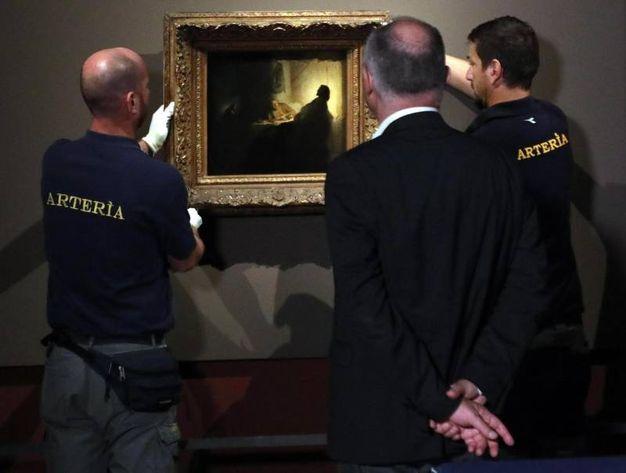 """""""La cena dei pellegrini di Emmaus"""" di Rembrandt sostituirà alla Pinacoteca di Brera """"La cena di Emmaus"""" di  Caravaggio durante il prestito al museo francese Musée Jacquemart André (foto Ansa)"""