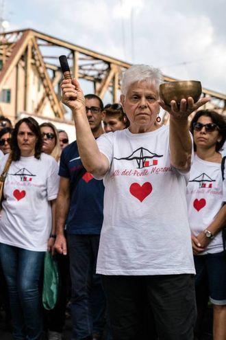 Commemorazione tra gli sfollati di via Porro (LaPresse)
