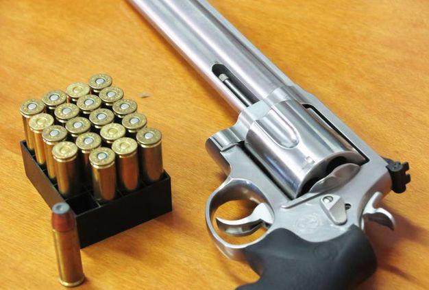 Le due pistole non potevano essere detenute nel luogo e soprattutto non potevano in nessun modo essere utilizzate per finalità diverse da quelle sportive (foto Migliorini)