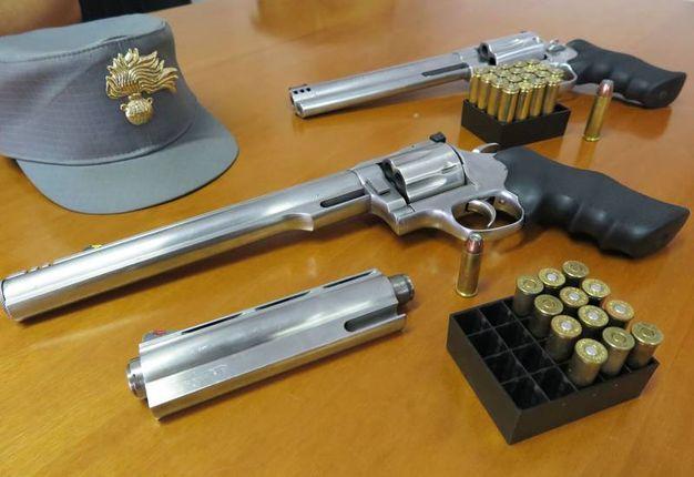 Le armi sono una rivoltella marca Wesson Firearms– modello PalmerUSA calibro 44 magnum, con 13 cartucce, e una rivoltella marca Smith&Wesson–modello Revolver calibro 500, con 20 cartucce (foto Migliorini)