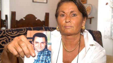 Ebe Pagliari con la foto del figlio Marco Perini