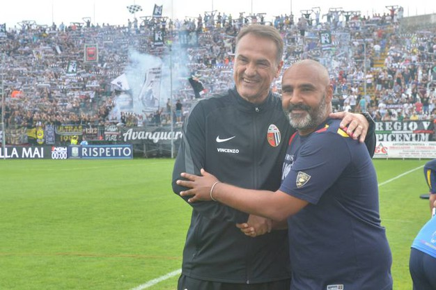 L'abbraccio tra Vivarini e Liverani (foto LaPresse)
