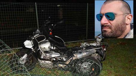 La moto della vittima Alessandro Palma (nel riquadro)