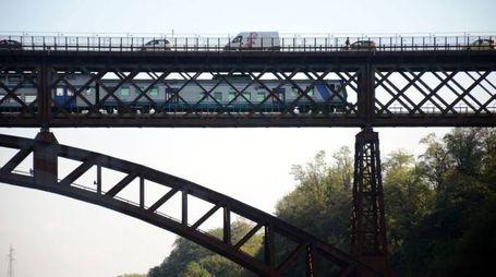 Disagi per i pendolari dopo chiusura del ponte San Michele