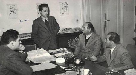 Vincenzo Torriani, in piedi, con Brera e Bartali