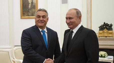 Orban al Cremlino ricevuto da Putin (Epa)