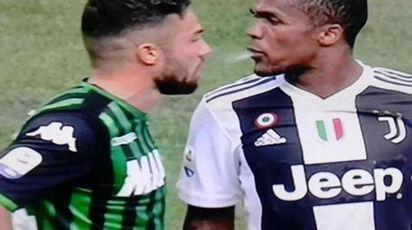 In un fermo immagine il momento in cui Douglas Costa sputa a Di Francesco (Ansa)
