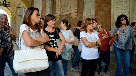Alcune delle lavoratrici che lunedì si sono radunate sotto il Comune