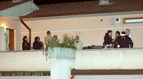 Gli inquirenti ripresi nell'appartamento di Isabel, durante le indagini (Foto Goiorani)