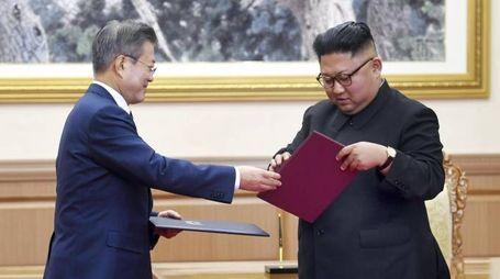 Moon Jae-in, presidente della Corea del Sud, con Kim Jong-un, leader Corea del Nord (Ansa)