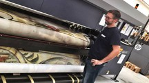 La stampa del telone artistico nel laboratorio del Gruppo Masserdotti a Brescia