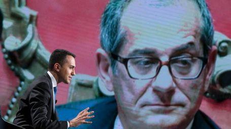 Luigi Di Maio e, sullo sfondo, il ministro Tria (ImagoE)