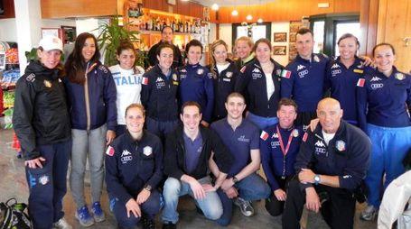 Mattia Freo, Paolo Cucchetti, Marco Porta e lo staff con la Nazionale femminile di sci alpino e con il pilota Andrea Locatelli